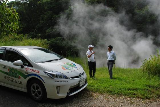 """""""地獄の池""""で地熱発電について木原さんに話を伺った。"""