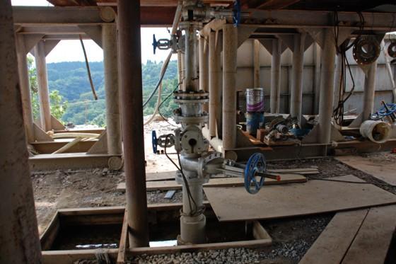 生産井のバルブを回せば地中のエネルギーが噴き出す。