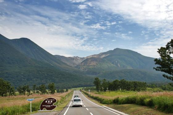 「やまなみハイウェイ」長者原付近。正面にくじゅう(硫黄山)の噴火口を望む直線道路。