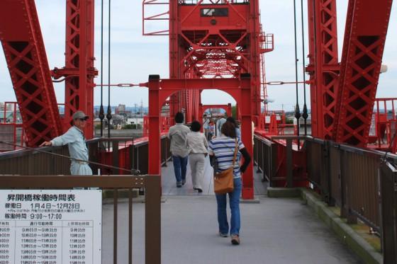 通常は歩いて通行できるが、中型以上の船が航行する時に橋の中央部が昇開して待たされる事になる。