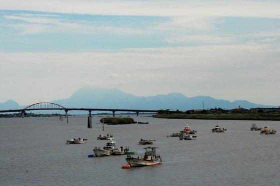 河口近くの若津港には中型漁船が係留されていた。