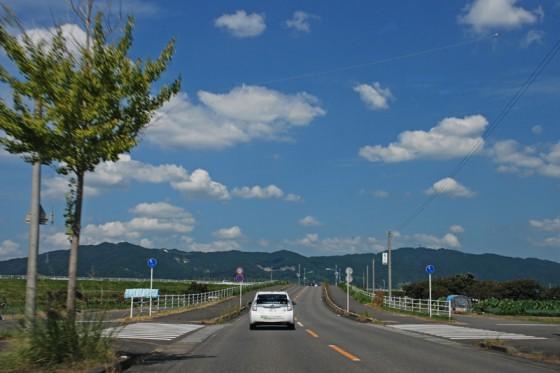素晴らしい秋晴れの中、佐賀市立鍋島小学校を後に佐賀平野を走るプリウスPHV。