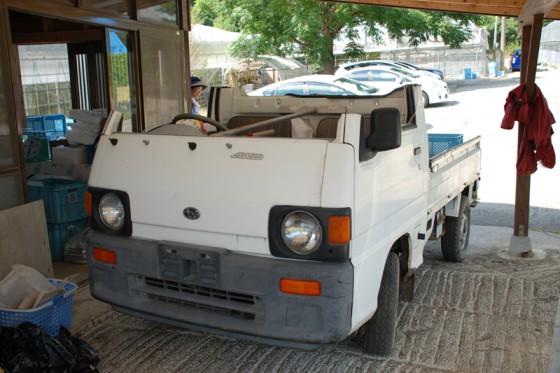 園内を走り回るために、何とルーフを切り取った軽トラックが使われていた。