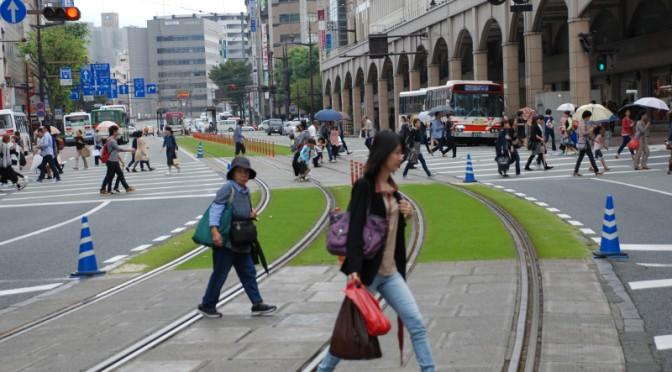信号が替わり一斉に通りを渡る足元にブリーンベルトが敷かれていた。
