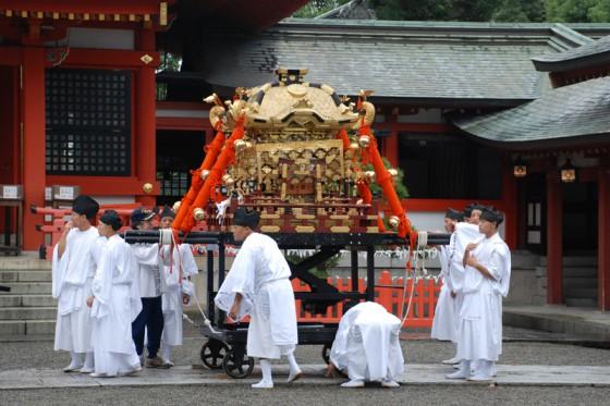 参道の喧騒とは裏腹に、境内では厳かに神輿の宮入が執り行なわれていた。