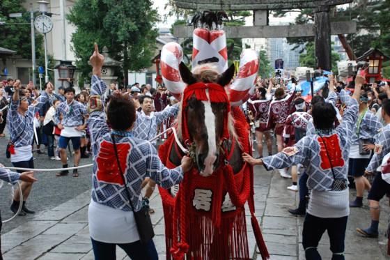 最初の飾り馬が一番の誇りと共に藤崎八旛宮に到着した。