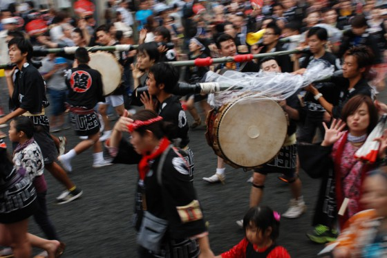 太鼓に笛、ラッパなど多彩なお囃子が祭り気分を盛り上げる。