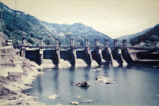 荒瀬ダム完成直後。当時は熊本県の16%の電力をまかない、戦後復興の旗印だった。(複写:地域情報館)