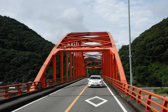 日本三大急流に数えられる球磨川に掛かる橋は高く強固な鉄橋が多い。