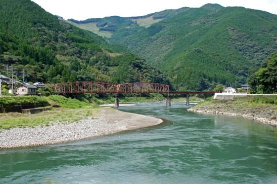 水量が豊富な清流「球磨川」の中流域。