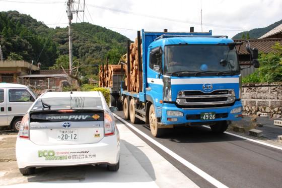 かつては船で積み出された銘木が2連結のトラックに取って替わられた。