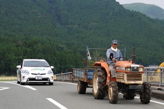豊後街道を外れるとトラクターに遭遇。カルデラ部分にあたる阿蘇平野は田園地帯だ。