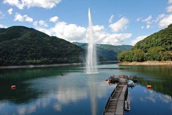 高さ80メートル吹き上げる噴水があり、水量によって上下する浮動桟橋から見る水柱は迫力満点。