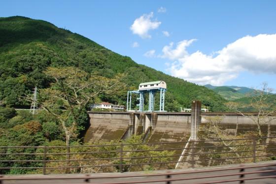 球磨川の源流から20kmにある市房ダム。発電や灌漑などを目的とした複合ダムで、発電量は年間約5千万kwh。残念ながらダムカードは発行していない。