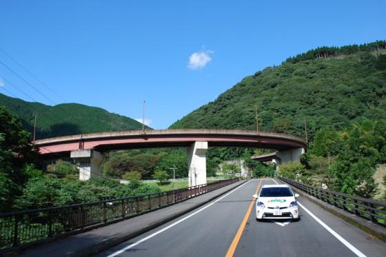 市房湖の先へは一気に高度を稼ぐループ橋を上る。