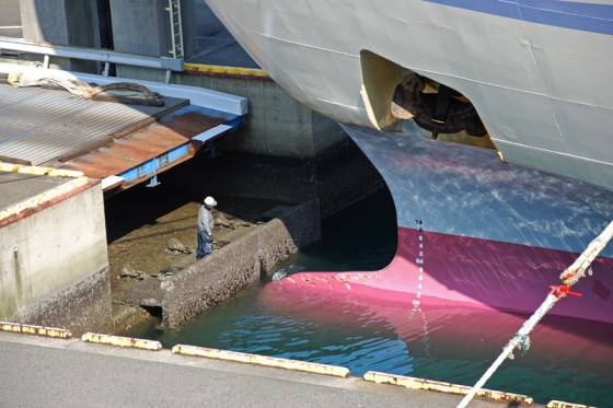 船首付近で出航準備をする作業員。船の大きさが良く分かる。