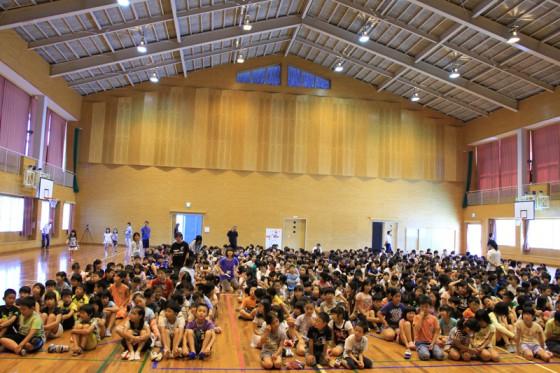 広々とした体育館に600人の児童が入場。いよいよ特別授業が始まった。