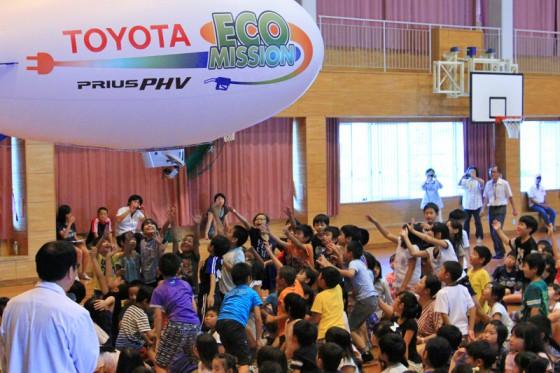 飛行船が頭上に近づくと大興奮の子供たち。
