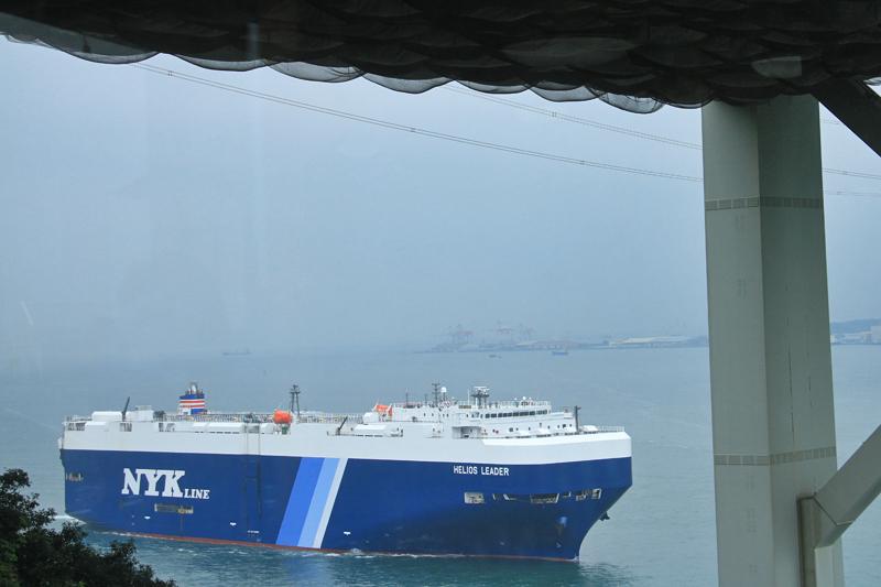 大きな自動車運搬船がやって来た。関門海峡では1日に約600隻もの船が往来するという。