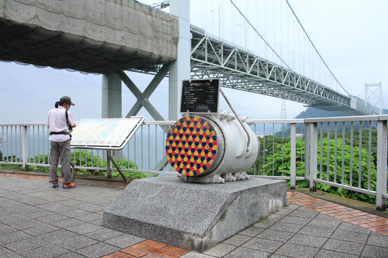 展望広場には関門橋を支える主ケーブルが展示されている。(直径67cm)