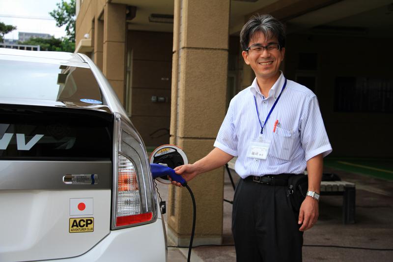 磯崎先生に充電プラグを装着していただいた。