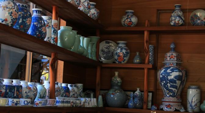 窯元の店先には伊万里焼の作品が並ぶ。