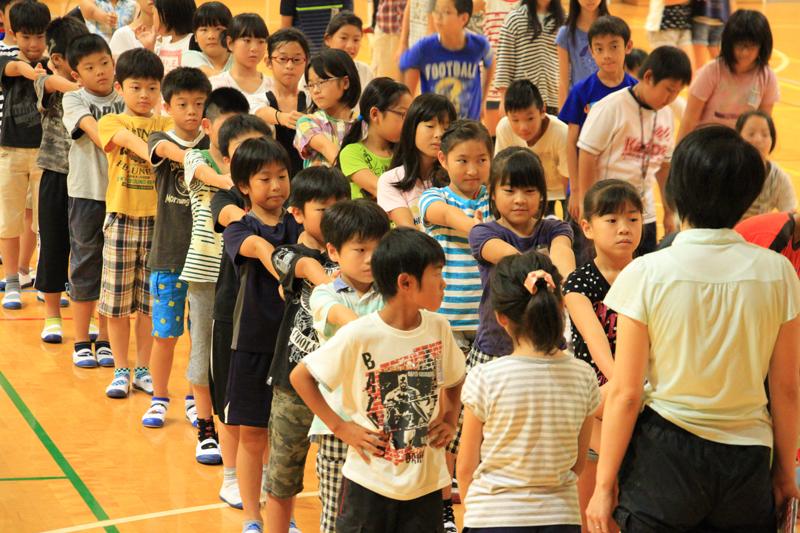 体育館に入り「前ならへ」で整列する子供たち。