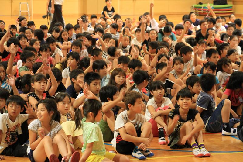 エネルギークイズに元気いっぱいに答える子供たち。