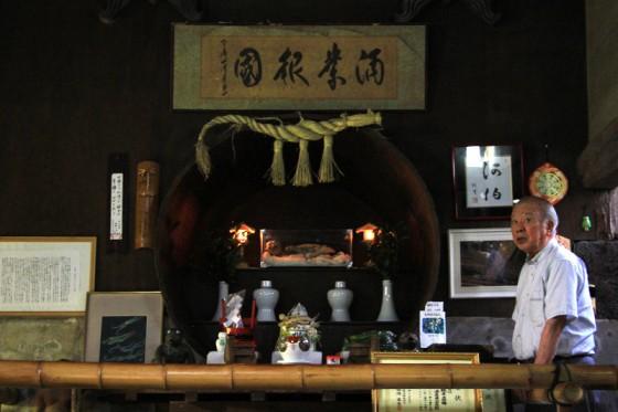 古い酒蔵の奥に、酒造りの守り神として河童のミイラが奉られていた。
