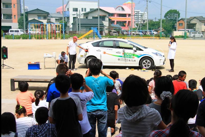 飛行船教室の後、校庭でプリウスPHVの給電デモンストレーションが行われた。