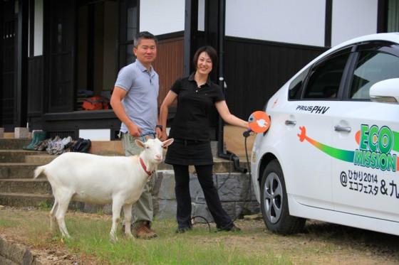 オーナーの善斉さんご夫婦とやぎのオリーブに、駐車スペース脇のコンセントからプリウスPHVに充電していただいた。