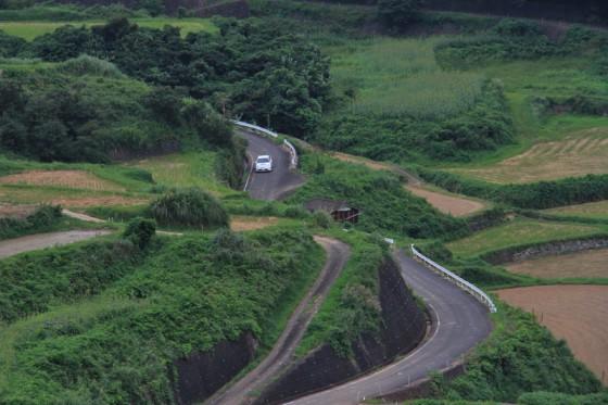 急峻な斜面に作られた道を行くプリウスPHV。