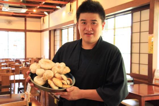 料理長の三浦さんからニオウシメジと新鮮野菜を分けていただいた。