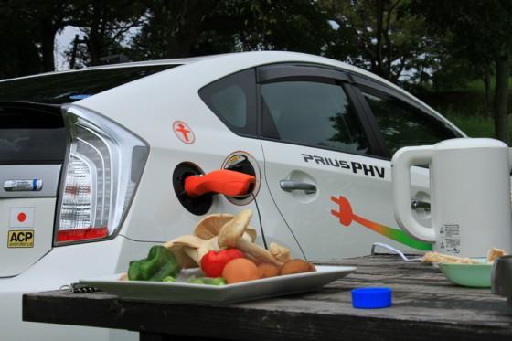 食材が揃った所で、プリウスPHVにヴィークルパワーコネクター(VPC)を装着して調理開始。