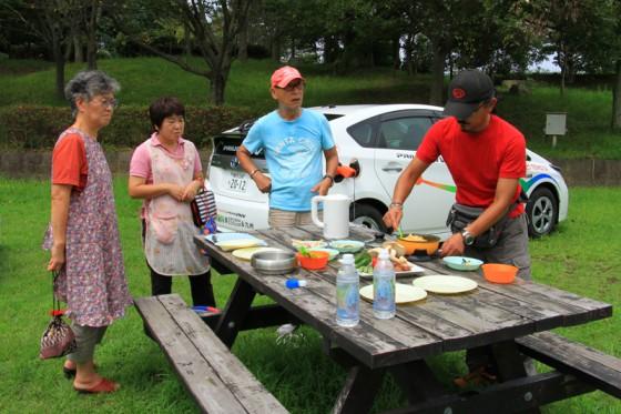 地元野菜と一緒に炒め、玉子とじに。ニオウシメジの芳ばしい香りに釣られて地元の方々が集まって来た。