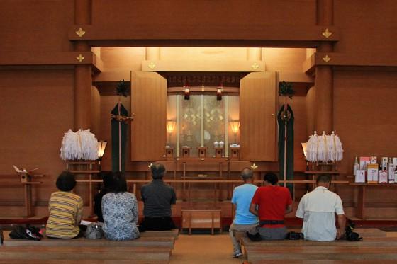 荘厳な拝殿に太鼓が鳴り響く。