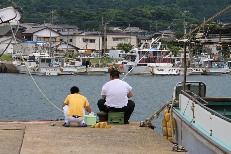 鐘崎漁港でのんびりと釣りを楽しむ地元の方々。