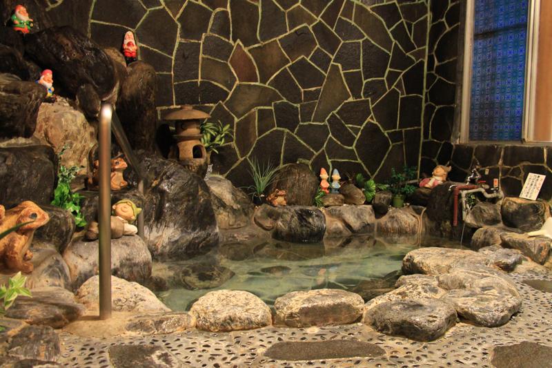 一度に5人は入れそうな岩風呂と、家族風呂を備える。