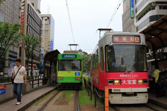 熊本の街を市電がひっきりなしに行き交う。
