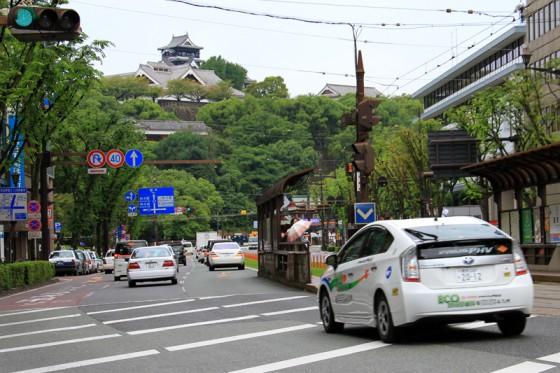 熊本城前のメインストリートを行くプリウスPHV。