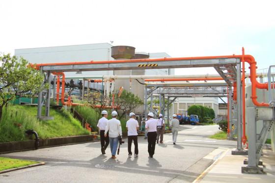 施設を繋ぐパイプラインは用途によって明確に色分けされている。