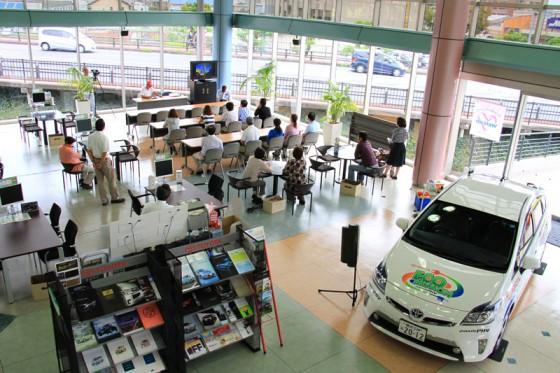 店内にプリウスPHVを搬入し、お客さんも集まってエコミッショントークショーが始まった。