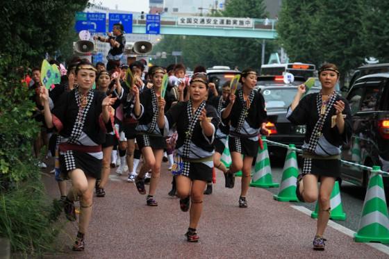 祭り半纏をまとった鯔背な女性たちが踊る。