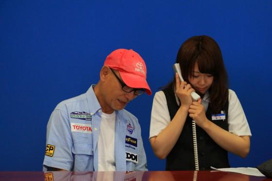 女性スタッフの龍見さんと一緒にFMラジオ局の生出演中。
