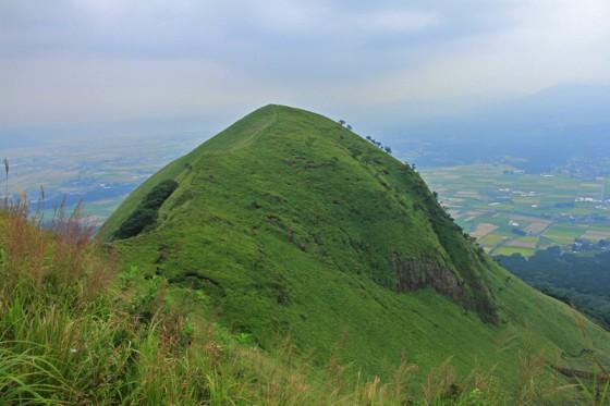突き出す山並みが太古の激しい火山活動の痕跡を残している。