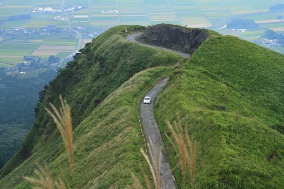 崖から突き出した岬のような道を一気に駆け上がる。