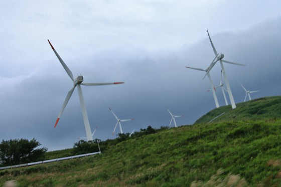 吹き上げる風と吹き下ろす風を捕らえる2種類の風車が建っている。
