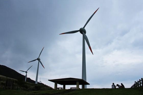 山頂に建つ3基の45メートル風車。