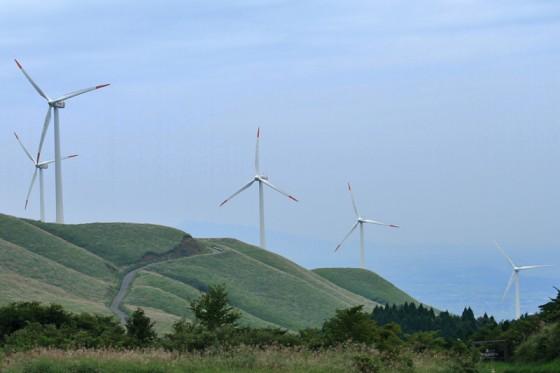 60メートル風車10基が建ち並ぶ外輪山の内側斜面。