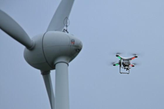 風車の側までマルチコプターを近づけたが、強風のためすぐに着陸させた。